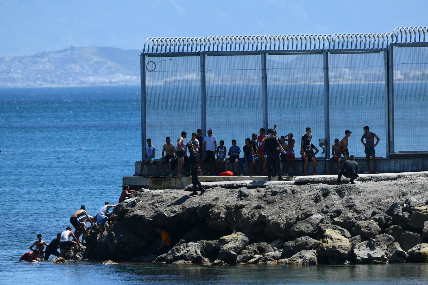 España y Marruecos se enfrentan tras la llegada de 7.000 inmigrantes por mar a Ceuta