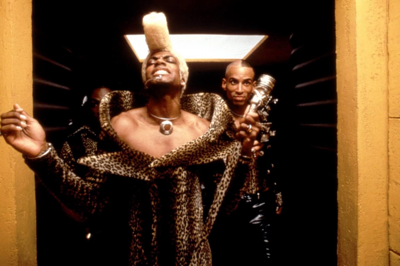 """10 looks de """"The Fifth Element"""" que convirtieron a Jean Paul Gaultier en un visionario futurista de la moda"""
