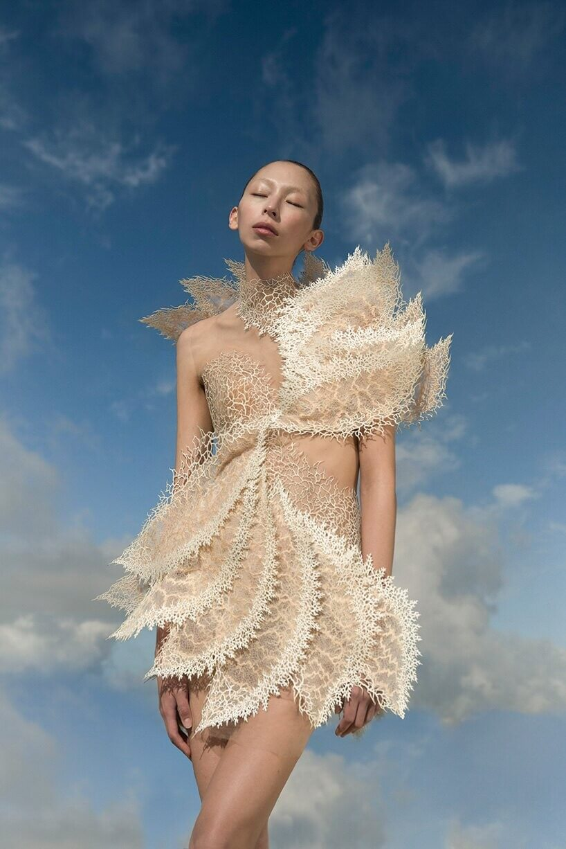 Parte de la nueva colección de Iris Van herpen. Fotografía: designboom