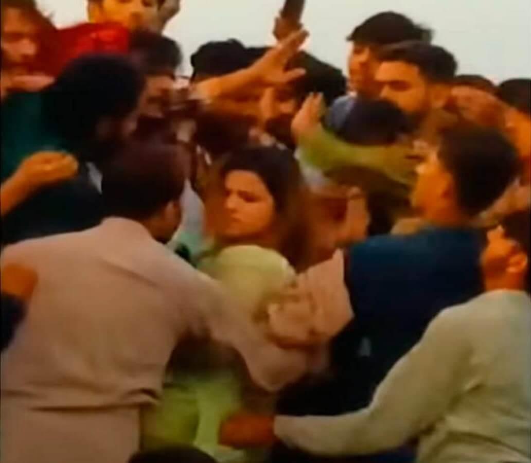 Pakistán: Turba de 400 hombres ataca, golpea y desnuda a una joven TikToker en un aterrador video