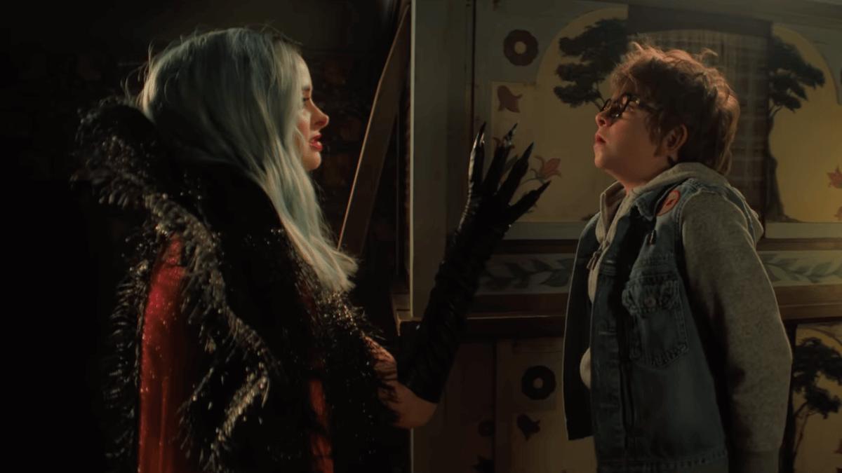 """""""Nightbooks"""": Krysten Ritter es una bruja sedienta por historias de terror en el nuevo trailer de Netflix"""