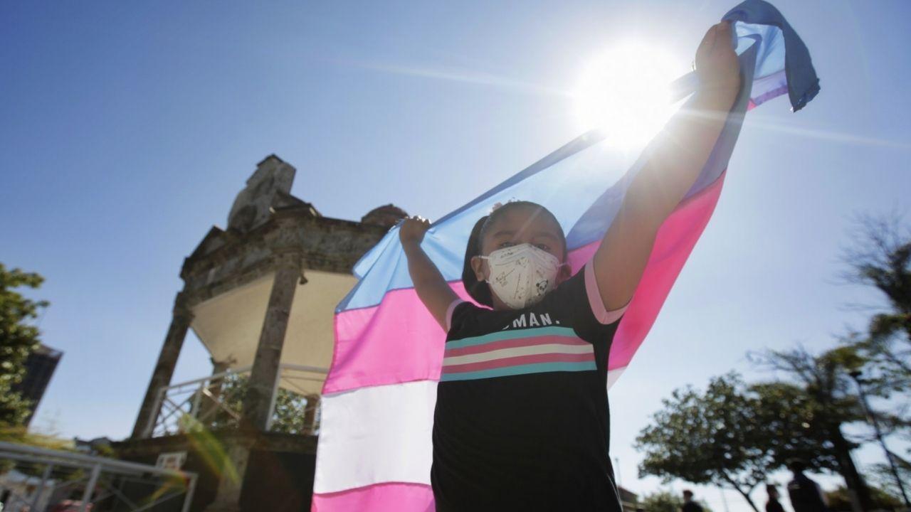 Ciudad de México permite a adolescentes cambiar su género en actas de nacimiento