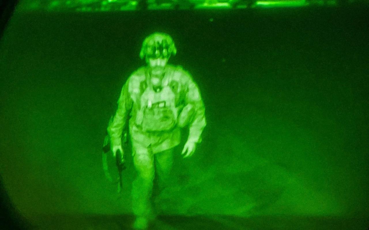 EE.UU. muestra la foto del último soldado en dejar Afganistán mientras los talibanes celebran con disparos al aire