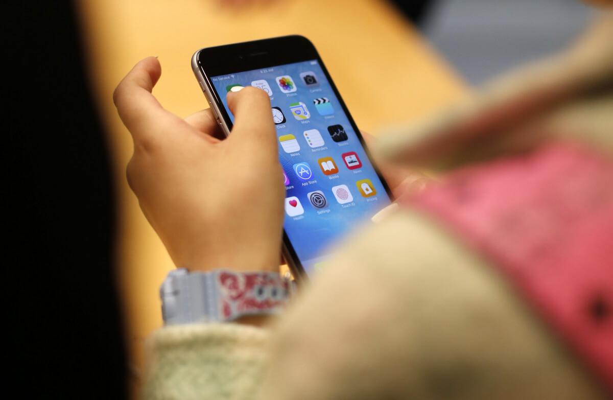 Apple escaneará los iPhones para detectar imágenes de abuso infantil