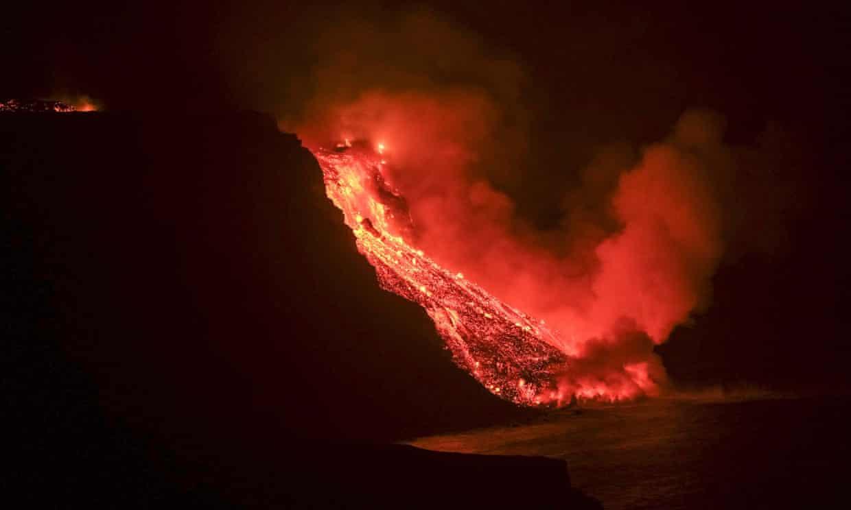 España: La lava del volcán de La Palma llega al mar en medio de temores de nubes de gas tóxico