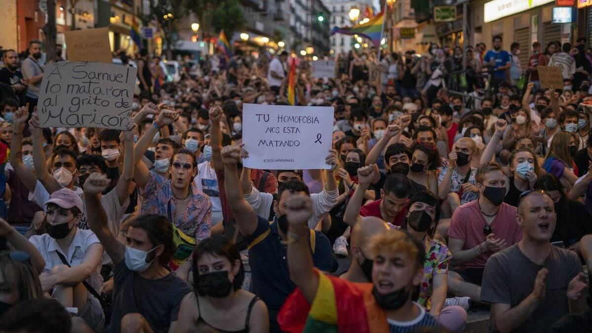 """Brutal ataque homófobo en Madrid: Ocho encapuchados marcan con una navaja la palabra """"maricón"""" en el glúteo de la víctima"""