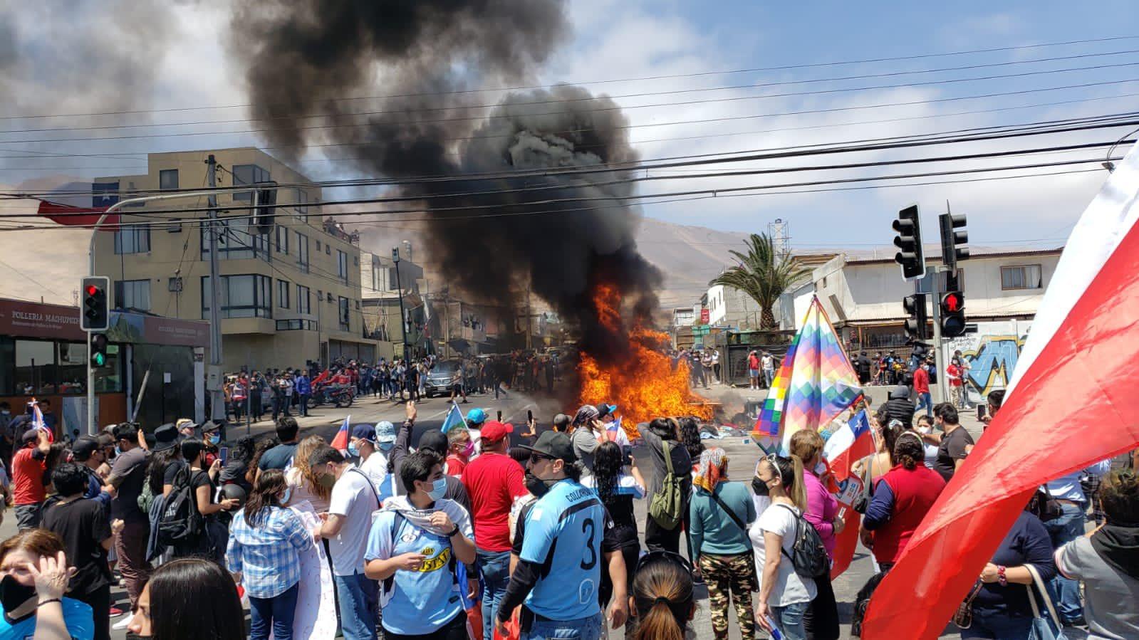 """""""¡No más migrantes!"""": Violenta manifestación quema las carpas a grupo de venezolanos en Chile"""