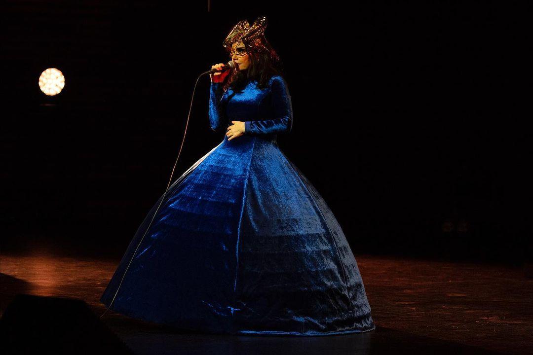 Mira a Björk en este impresionante vestido azul de Balenciaga y conoce los detalles de su próximo disco, que llegará en 2022