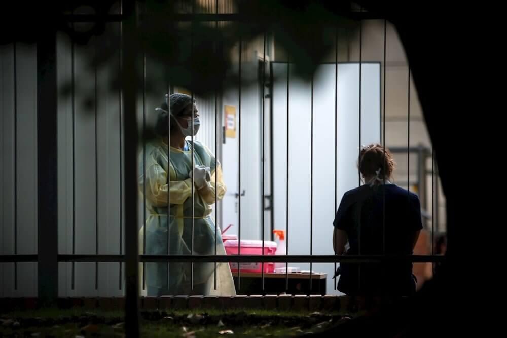 """Chile despide a cientos de jóvenes médicos extranjeros que trabajaron durante la pandemia de COVID-19 porque """"ya no son necesarios"""""""