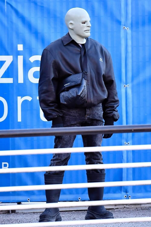 Kanye West ahora hace cosplay de Michael Myers con este look de Balenciaga
